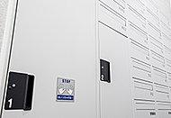 ノンタッチキー対応の24時間荷物が取り出せる宅配ロッカー。宅配業者はオートロックの外側から配達し、居住者はオートロックの内側から安全に取り出します。