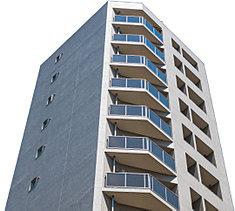 垂直ラインを強調するようにすっきりとそびえ立つ14階建のシャープなフォルム。南東向きのファサードは、バルコニーに2面を囲うガラス手摺とタイル貼りの壁を組み合わせたアシンメトリーなデザインとし、変化のある表情を創出しました。