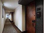 プライバシーと美観を保つ内廊下設計。