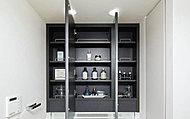 洗面化粧台の鏡裏は、小物や化粧品などを収納できるスペースに。散らかりがちな洗面台周りをすっきり保てます。