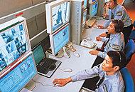 エントランスホールとエレベーターかご内には、コンビニ強盗対策用のシステムを応用した非常通報画像監視システムを導入。非常ボタンを押すと、画像と音声がセコム画像センターに送信されます。