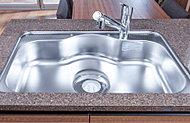 幅約80cmの静音仕様シンクを採用。大きな調理器具も洗えて家事をスムースにします。