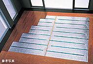 リビング・ダイニングの床には、部屋全体を足元から心地よく温める床暖房システムを採用しています。