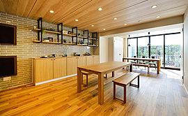 隣地の境界よりセットバックさせた配棟計画により、一邸一邸の独立性と快適性を演出。整形のゆとりある敷地形状を活かして、160戸中105戸、南向き住戸率約65%のプランニングを実現しています。