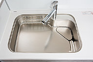 シンクに落ちたゴミや油を、作業中の水を使って流レールが排水口まで流すため、シンクをキレイに保てます。