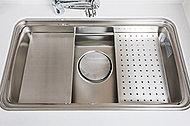 シンクの中にスライドプレートがあり、作業スペースにも水切りプレートにも早変わり。多目的に使えて作業効率もアップ。