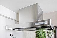 コンロの壁をなくすことによって、より一層リビング・ダイニングとキッチンのつながりを持たせ、開放感を高めています(F、Ir、Jr、Lrを除く)