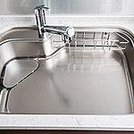 シンクに落ちた野菜くずや油汚れを、作業中の水を使って流レールが排水口まで流すため、シンクをキレイに保てます。