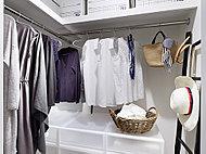 洋服を掛けるハンガーパイプを標準で設置することにより、収納力をアップさせています。