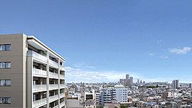 日当りも、風の通りも、ここちいい。3階以上の全戸が東・南向き、空に向かってすっと姿勢よく立ち上がる、クリーンな佇まい。光・風・緑や風景に、うつりゆく季節と日々の風合いを感じとりながら。気持ちいい開放感のある暮らしを、東京で。