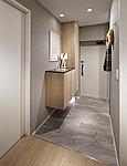 魅せて、迎える。使い勝手の限られていた寝室の一部を玄関側に用いることで、廊下幅を広げ、ゆとりあるホールのような豊かな玄関空間を実現しています。※D、Dg、Lタイプを除く
