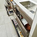 調理器具などが確認しやすく、スムーズに出し入れができるスライド収納を設置しています。