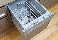 面倒な後片付けの手間を省く、食器洗い乾燥機を標準装備。標準コース使用水量は手洗いの約1/7。手間も水道代も削減できます。