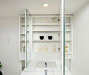 鏡の裏側にはサニタリーアイテムや小物などを収納できます。