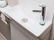 トイレには独立タイプの手洗いカウンターを設置。使い勝手が良く、美しく清潔感のあるトイレを実感していただけます。