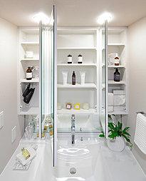 機能的な三面鏡付化粧台を設置。三面鏡の裏側には豊富な収納スペースがあり、化粧品や小物などを収納できます。