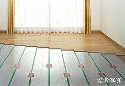 チリや埃を巻き上げることなく、足元から部屋全体を優しく暖める温水式床暖房をご用意しました。