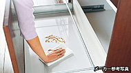 清掃性・耐久性に優れた高品位ホーロー底板を採用。調味料はもちろん、油汚れも簡単に落とせます。金属鍋の出し入れによるキズも付きにくい特徴があります。※一部除く