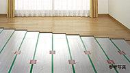 足元から体を温める床暖房は、お部屋が暖まった後は自動で省エネ運転。一日あたりのランニングコスト(立ち上がり時間+8時間運転)は、約91円と経済的です。