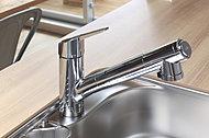 水とお湯が切り替わる箇所にクリック感をもたせるなど、レバーの工夫で節湯に貢献。ヘッド部分はホース付きで引き出して使えます。