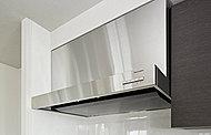 換気力の高い高性能のレンジフード。日頃のお手入れはフラットな整流板の底面を拭くだけなので簡単です。