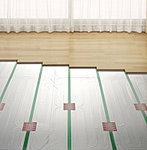足元から部屋全体を暖め、頭寒足熱を実現するガス温水床暖房をリビング・ダイニングに採用しました。※参考写真