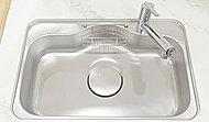 シンクに水や食器類があたる音を軽減する静音設計のワイドシンク。