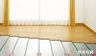 リビング・ダイニングにガス温水式のTES床暖房を設置しました。足元から温めるので熱風が直接体に当たるような不快感がありません。