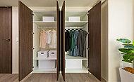 洋室の収納は使い方によって棚板を動かせるシステム収納。暮らしに合わせてフレキシブルに利用できます。