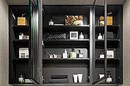 三面鏡の裏側には収納スペースを設け、化粧品やヘアケア用品などがすっきりと整理できます。
