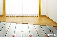 リビング・ダイニングに足元から健康的に暖まるガス温水式床暖房を採用。ホコリも巻き上げないので衛生的です。