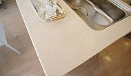 キッチンの天板は高級感があり、耐久性も高い人造大理石仕様。汚れやすいキッチンのお手入れも容易になります。