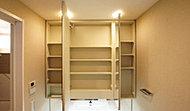 ワイドな三面鏡の裏側を収納スペースとした洗面化粧台。スキンケア用品やヘアケア用品などをすっきり収納できます。