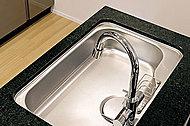 水はねの音を吸収する、サイレント仕様のシンク。洗剤などを入れるのに便利なセンターポケット付き。(水栓は14階・15階仕様)