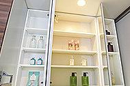 洗面化粧台には見やすい三面鏡と、洗面小物がたっぷり入る三面鏡裏収納スペースを設置しました。