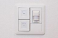 人などが動いたときの温度変化を検知して自動点灯・消灯するセンサー付スイッチです。