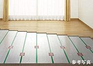 ほこりの舞い上げがなく空気を汚さずに室内をムラなく暖めるガス温水式床暖房をリビング・ダイニングに採用しました。