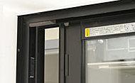 全住戸の玄関、接地階のバルコニー側、一部住戸の妻側に防犯センサーを設置。※設置場所については図面集をご参照ください。
