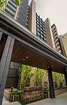 都市と住まい、喧騒と静寂を隔てるのは、訪れる人を優雅に迎える回廊空間。