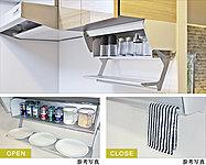 アイレベル収納:サッと使いたい物をすぐ取り出せます。仮置きトレイ:食材を下ごしらえしたボウルを一時的に置く事でスムーズな調理作業をサポート。