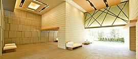 エントランスホールにはウェルカムガーデンを望みながら語らいを深めるラウンジスペース