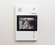 住戸前の来訪者を画像で確認できる、カメラ付き住戸玄関子機を採用しました。玄関前にいる来訪者を映像にて再度確認できます。