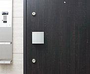 玄関ドアは2カ所に鍵穴を設けたダブルロックを採用し、防犯性を高めました。※上下の鍵は同一キーとなります。