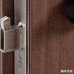 デッドボルトが鎌状になっており、ドアの隙間からバールなどを入れてこじ開ける犯罪手口に効果を発揮します。