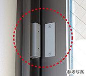 防犯セット時に窓が開きマグネットスイッチが離れると、インターホンより警報音が鳴り警備会社に異常信号が送信されます。