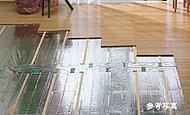 リビング・ダイニングにはガス温水式床暖房を標準装備しました。空調式と異なり空気を汚す心配がなく、ダニの発生も抑える健康的な暖房システムです。
