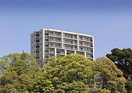「プレミスト広瀬町」が建つのは標高約50m※1の地。眼下に広がる広瀬川の眺望と南面が開かれた開放感。都心に寄り添う、第一種住居地域内の住宅地でありながら、約789坪という敷地を得て誕生します。※1.株式会社第一エージェンシー調べ