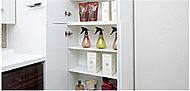 サニタリーにはリネン庫を設置。タオル類をすっきりと片付けることができ、取り出しやすいので便利です。