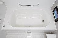 なめらかな曲線がソフトな印象を与えるシンプルデザイン。浴槽上部を広くとった、ゆったり入浴できる形状です。