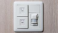 人などが動いた時の温度変化を検知して自動点灯・消灯するセンサー付スイッチを玄関に採用しました。